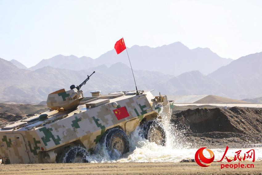 中国战车快速通过涉水场障碍