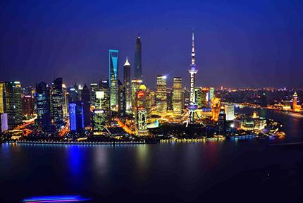 """上海,让开放成为一种思维方式 有人梳理近代以来世界城市版图得出结论,威尼斯、伦敦、纽约等城市的兴起,均在于以""""开放""""形成了其核心竞争力。开放,同样能概括上海这些年的发展之路。从设立浦东新区到设立自由贸易区再到瞄准卓越全球城市,这里一直在以开放姿态提升城市核心竞争力。【详细】"""