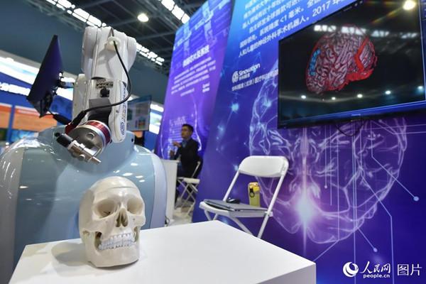 10月10日,在2018年全国双创周北京会场展示的神经外科机器人导航定位系统。(人民网记者 翁奇羽)