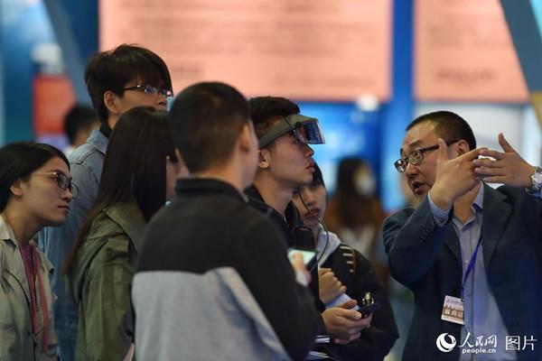 10月10日,在2018年全国双创周北京会场,参观者正在体验AR智能眼镜。(人民网记者 翁奇羽)