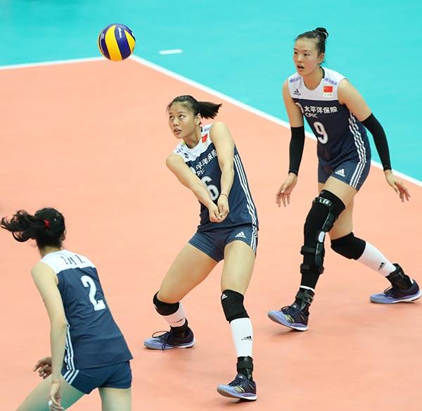 10月11日,,中国队球员龚翔宇(中)在比赛中接球。    新华社记者杜潇逸摄