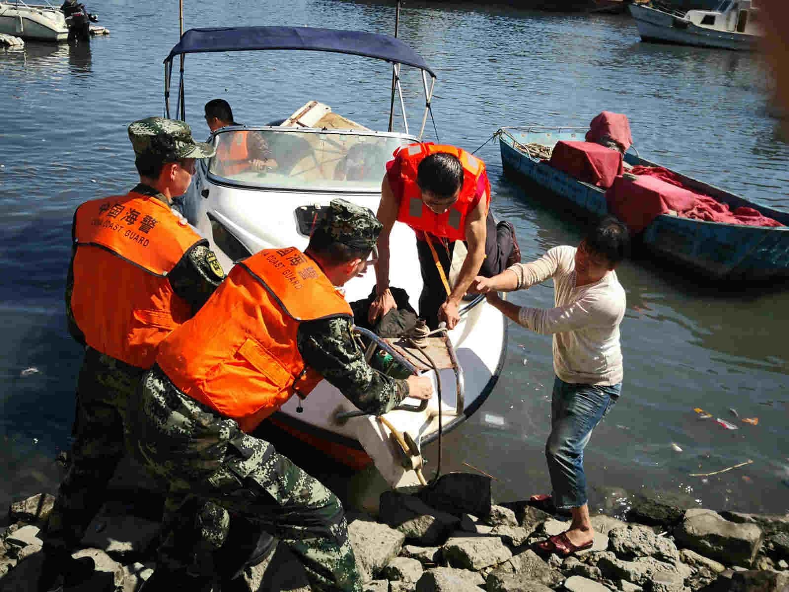 """台风""""玉兔""""将至 福建海警紧急救助遇险群众"""
