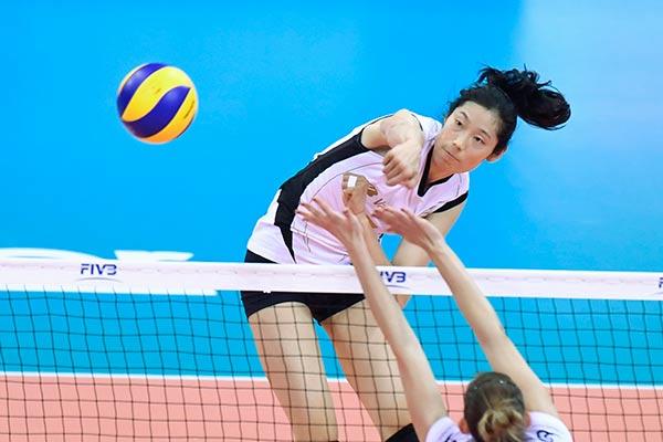 12月5日,土耳其瓦基弗银行队球员朱婷(上)在比赛中扣球。新华社记者黄宗治摄