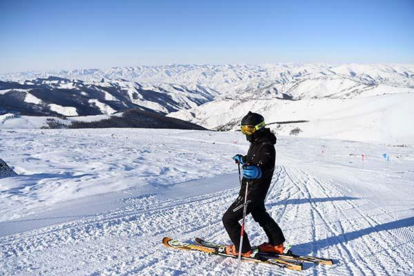 摄影:新华社记者 沙达提   阿尔泰山可可托海国际滑雪场位于新疆富蕴