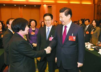 2014年3月5日,习近平总书记与朱国萍代表亲切握手交流。陈正宝摄
