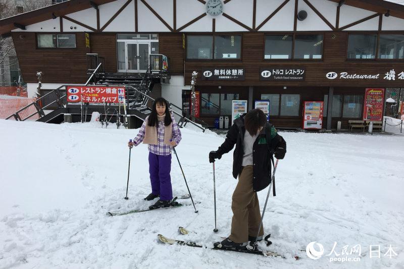 享受滑雪乐趣的活动团成员(摄影 木村雄太)