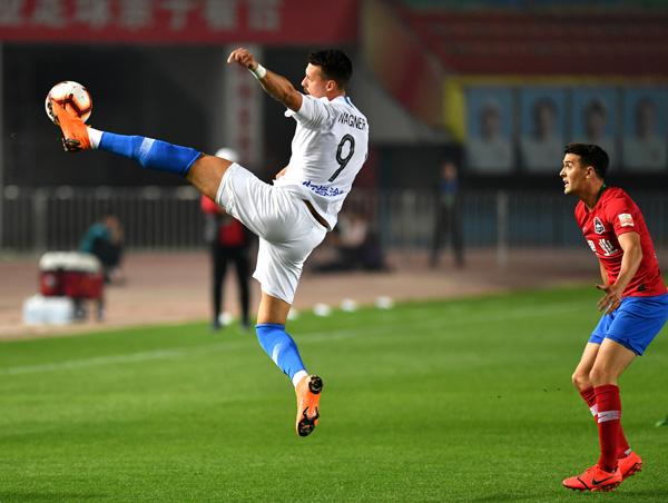 4月20日,天津泰达队球员瓦格纳(左)在比赛中控球。当日,在2019赛季中超联赛第六轮比赛中,河南建业队主场以2比3不敌天津泰达队。新华社记者李嘉南摄