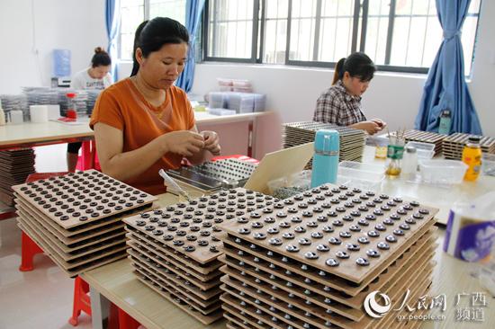 粤桂扶贫协作鹤山扶贫车间里一片忙碌。