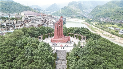 人们在仁怀市红军四渡赤水纪念园参观(7月5日无人机拍摄)。新华社发