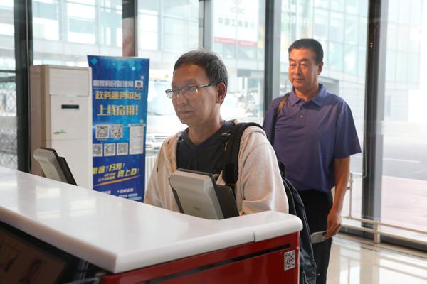 外逃十八年的职务犯罪嫌疑人李海鹰回国投案