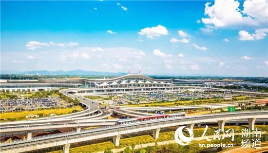 """长沙黄花国际机场已成为中国区域性国际航空枢纽机场,跻身""""全球机场百强""""。"""
