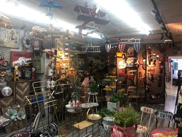 张平的店里摆满各式各样的工艺品。