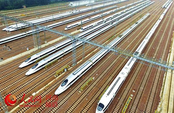 郑州东高铁站停靠的列车