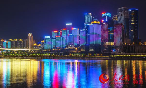 江北嘴的夜晚灯光璀璨,熠熠生辉。