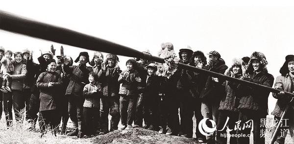 1959年9月26日,松基三井喷出工业油流,标志着大庆油田的发现