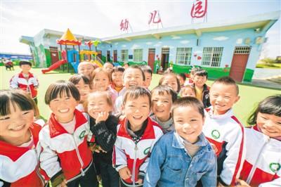 """中国为什么能从""""文盲大国""""迈向教育强国?"""