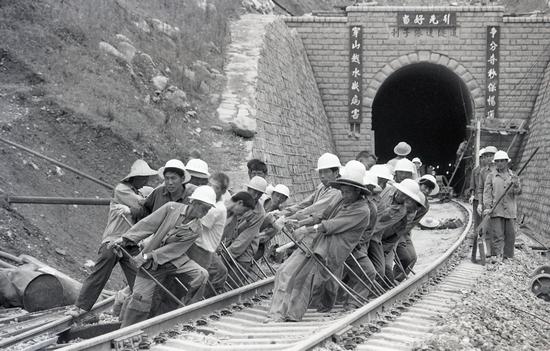 風雨兼程半世紀,列車奔馳追夢路 莽莽成昆出大山