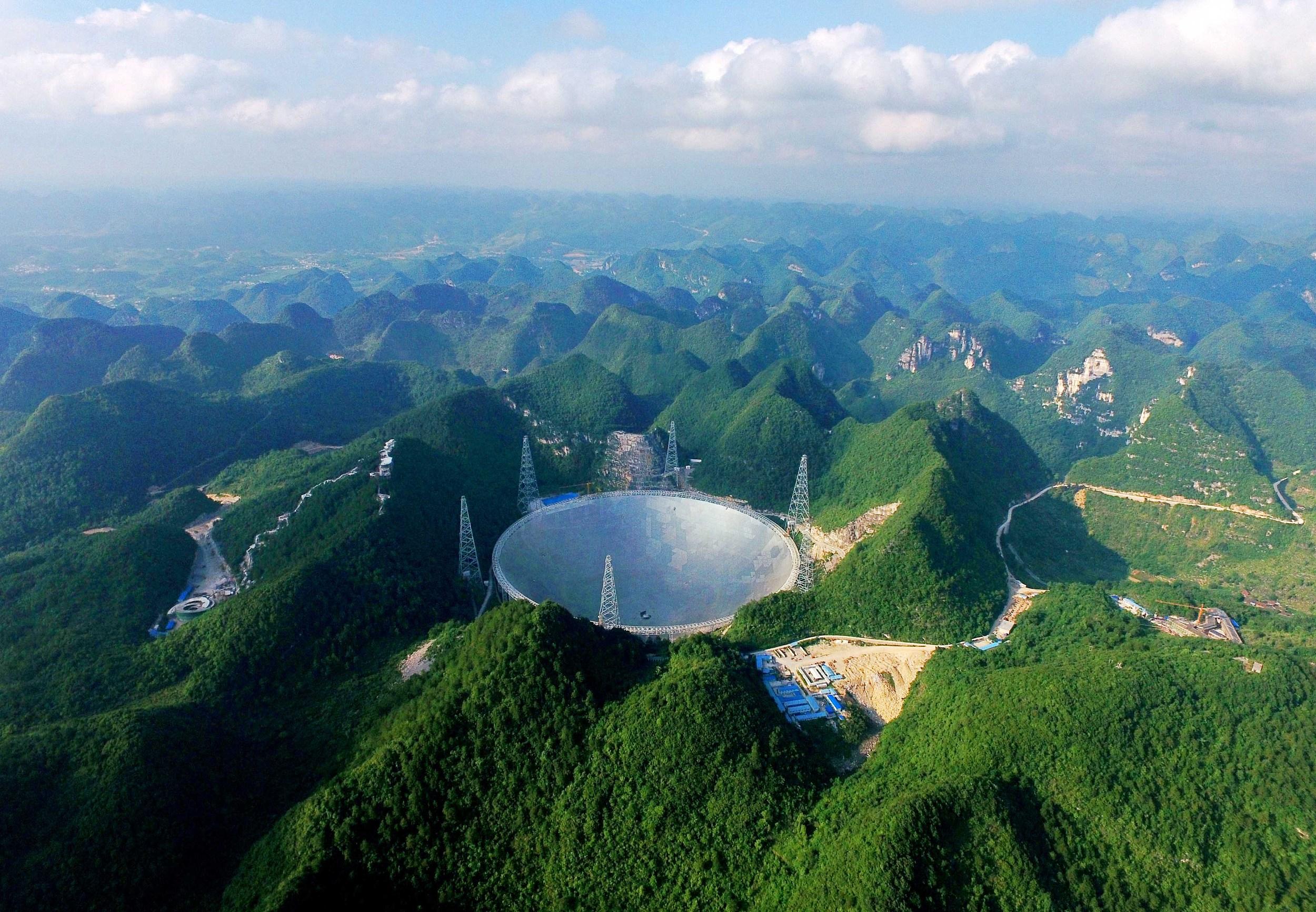 2016年6月24日,镶嵌于天坑之中直径500m米口径的世界最大球面射电望远镜。(资料图)秦刚摄(人民视觉)
