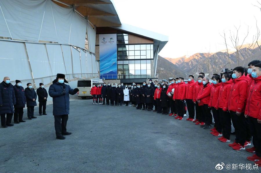 <b>习近平:要通过举办冬奥会把我国冰雪运动搞上去</b>