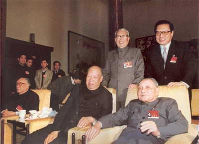 图:邓小平、彭真、薄一波等在人民大会堂休息