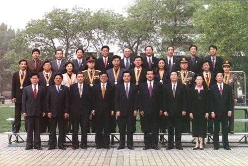 """同志等党和国家领导人与第五届""""中国青年五四奖章""""获得者合影-图片"""
