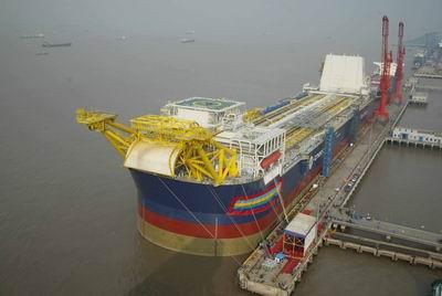 """""""海洋石油117""""船体为双底双壳结构,其船长323米,型宽63米,相当于三个"""