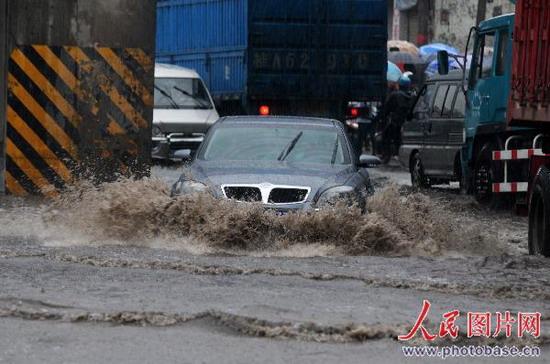 广西柳州市柳长路在暴雨中积水