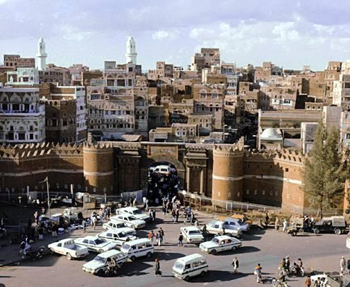 萨那 (Sanaa) 是也门首都,全国政治、经济、文化中心。位于阿邦山和纳卡木山之间的萨那盆地,平均海拔2200米。萨那气候温和,日照充足,夏季气温一般不超过30,冬季气温最低气温0,年降雨量约250毫米,萨那一年有两个雨季,每年的三月至四月为小雨季,七月至八月为大雨季,因萨那城市排水设施落后,雨季时常常发生水灾。人口190万(2005年)。   古代诗人曾把萨那比喻为阿拉伯的明珠,由于这里气候宜人,终年鲜花怒放,绿草如茵,又被人们称为春城,每年来自世界各地的观光游客不计其数。在阿拉伯人