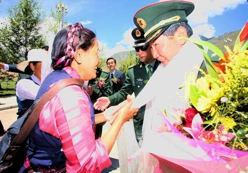 李素芝/藏族群众正在向李素芝敬献哈达。