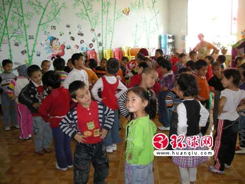 """喀什市伽师县""""双语""""幼儿园的小朋友们在上课本"""