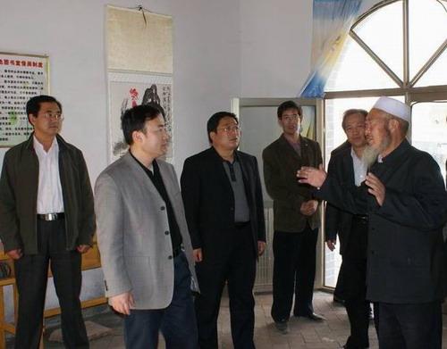 在西吉县兴隆镇单家集红色书屋,周庆华听取管理人员介绍
