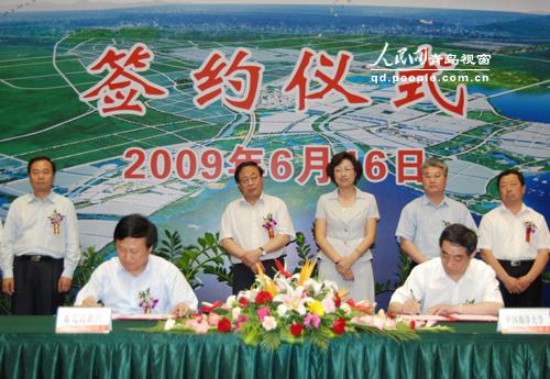 青岛市政协副主席,高新区管委主任刘伟(前左)与7所驻青高校签约