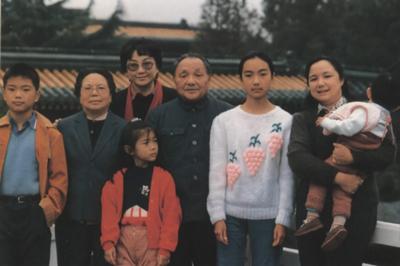 邓小平卓琳与儿孙们在一起 7图片