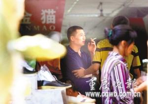 重庆朝天门服装批发-朝天门一些商场内不乏吞云吐雾的顾客 记者 罗川 摄-重庆首次对商场图片