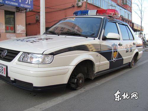 """哈尔滨""""史上最牛小偷"""" 盗走警车车轮"""