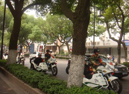 闹市区摩托化巡逻 高清图片