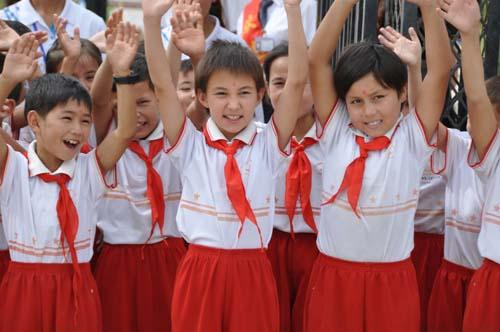 """佰什坎特镇""""双语""""幼儿园的小朋友们笑容"""