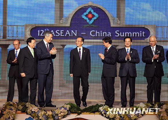 在泰国华欣出席第12次中国与东盟领导人会议.这是集体合影. 新华图片
