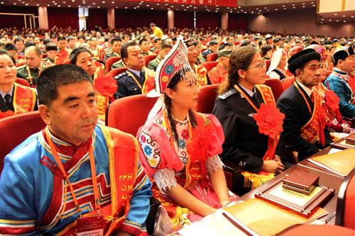 新疆第六次民族团结进步表彰大会隆重举行
